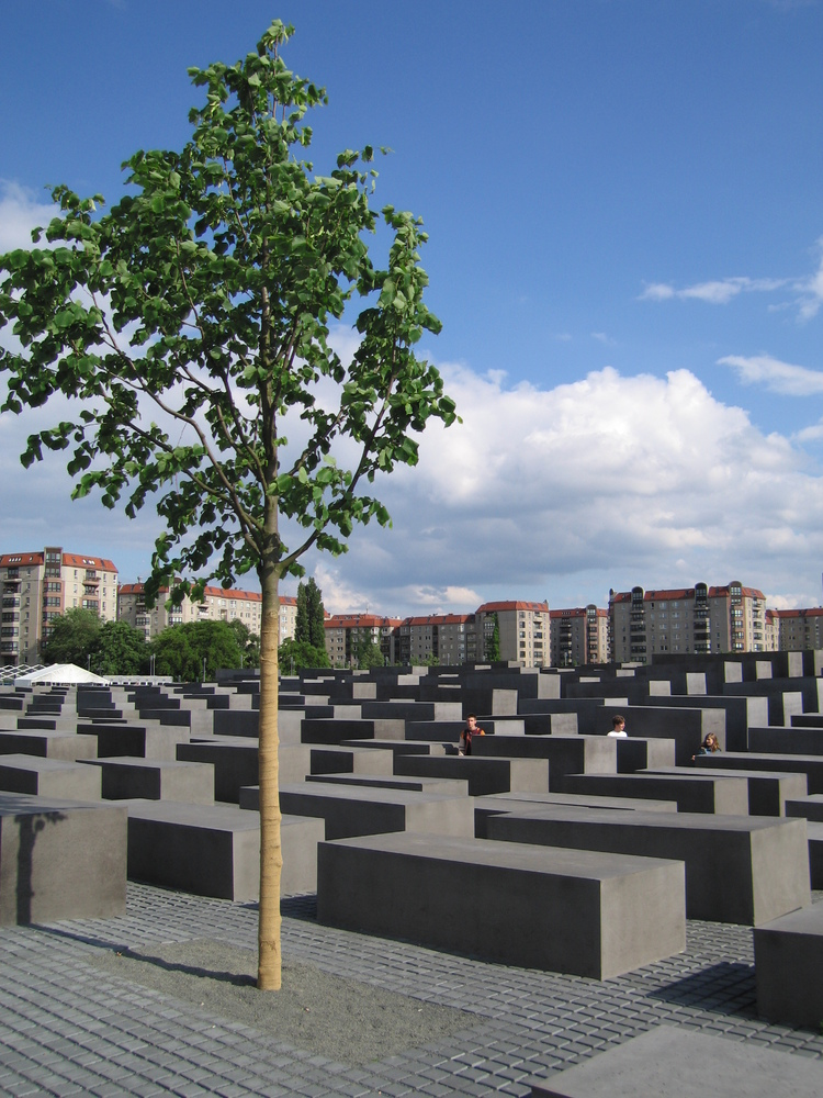 Holocaust_memorial_tree.jpg